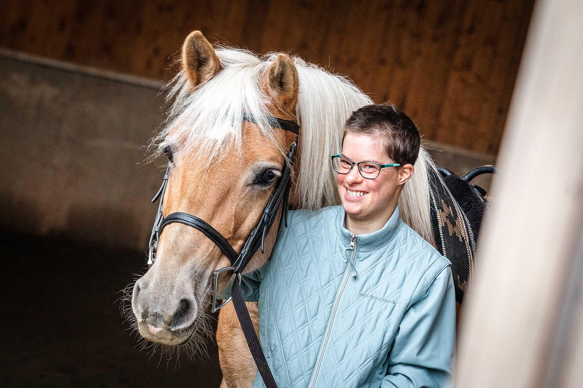 Femme avec un cheval en équithérapie