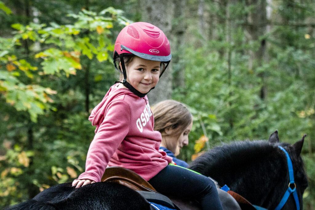 Jeune fille sur sont poney noir